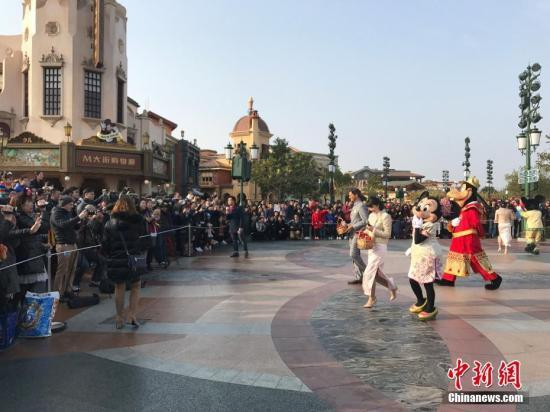 上海迪士尼回应天价插队费:尊享导览服务非中国特有