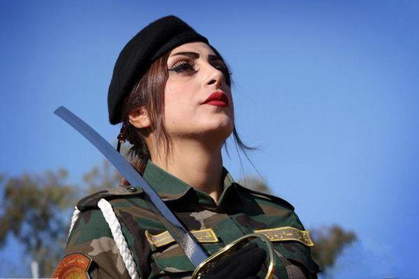 伊拉克女兵参加毕业典礼 英姿飒爽容颜靓丽