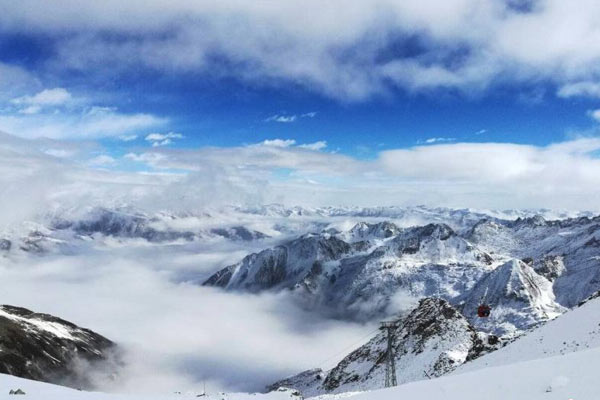 四川达古冰山之巅再现云海景观