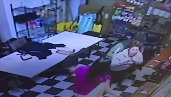 美女子吃薯片噎住险丧命巧获路过警察施救