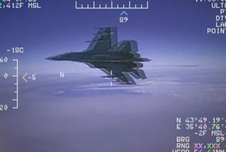 """相距1.5米!美军公开俄美战机""""亲密接触""""画面"""