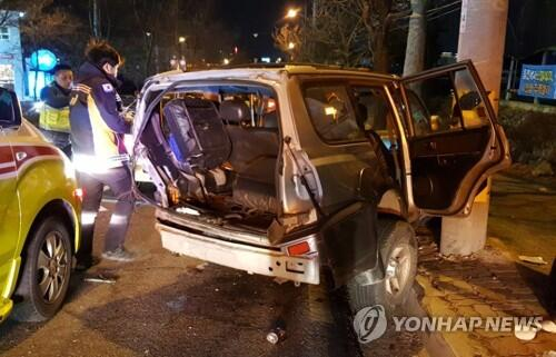 韩全罗北道全州市三车相撞 致2死4伤