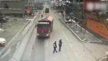 大货车无视检查 交警身旁横冲直闯险撞人