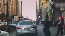 女司机人行道按喇叭 车被踹人挨打