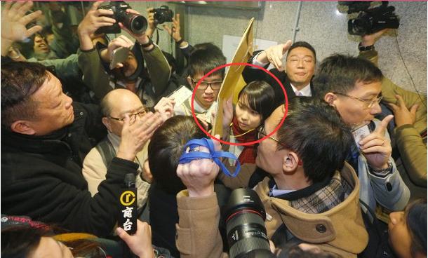 """""""港独""""参选香港议员被除名 反对派冲击议会致流会"""