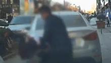 女司机人行道开车按喇叭催促男子 车被踹人被打