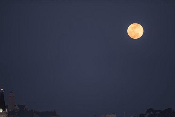 """""""超级月亮""""现身耶路撒冷"""