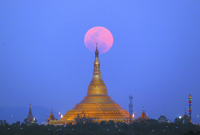 多國百姓仰望夜空 全球圍觀罕見「超級藍血月」