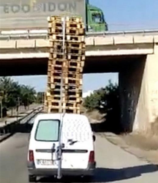 惊!西班牙货车司机车顶载20个叠放货盘危险驾驶
