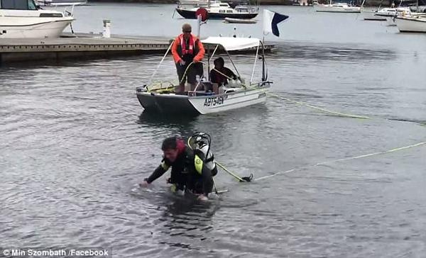 挑战自我!澳男子为公益徒步穿行海港5公里