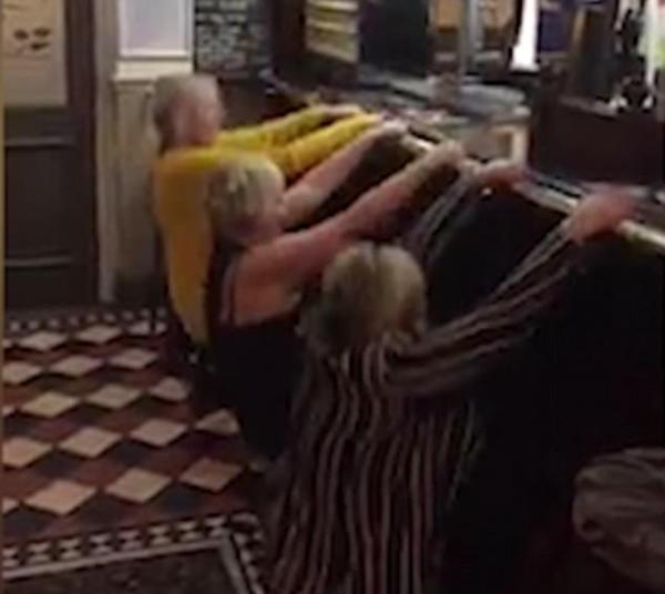 滑稽!英3女子扶杆跳芭蕾用力过猛竟把杆拆了