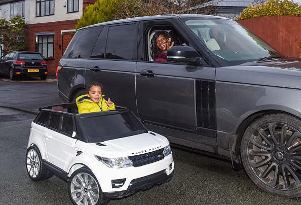 英两岁男童被全家宠爱 拥有多件大牌时髦服装