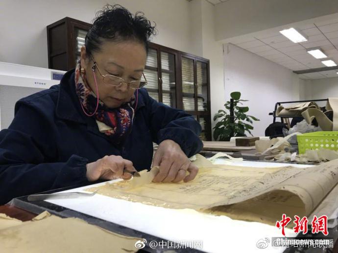 """70岁""""书医""""奶奶 修复古籍如做外科手术"""