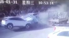 小车高速超车失败猛烈追尾 车子侧飞猛撞对向车