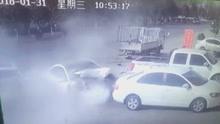 小车碰撞后侧飞 怒怼对向汽车
