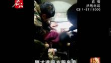 女孩胳膊被卡电梯 消防火速救援