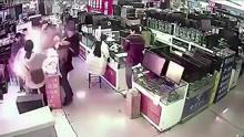 男子咬手机电池测真假 当场发生爆炸