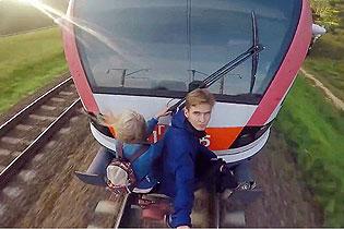 不要命!白俄情侣扒高速行驶列车上极限约会