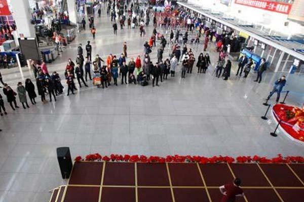 春运首日 乌鲁木齐国际机场歌舞表演为旅客送行