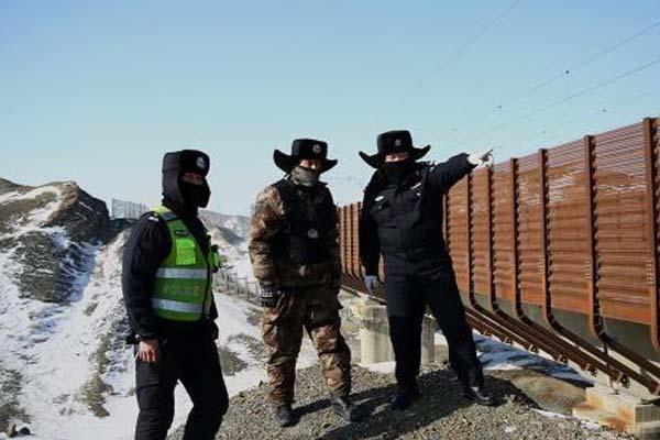新疆铁警冒严寒大风巡线保高铁线路运行安全