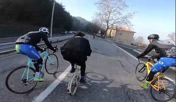 扮猪吃老虎?男子骑折叠自行车超过专业车手