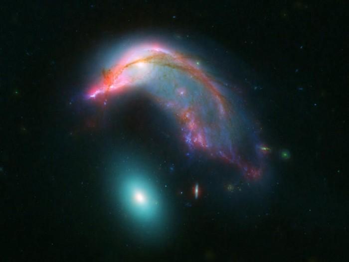 NASA展示一对正在合并的星系:像极企鹅与企鹅蛋