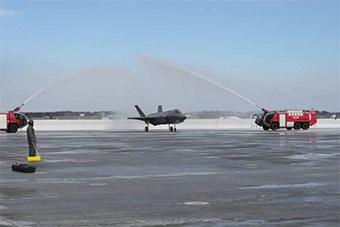 日本首架F35战斗机降落后获得最高礼遇