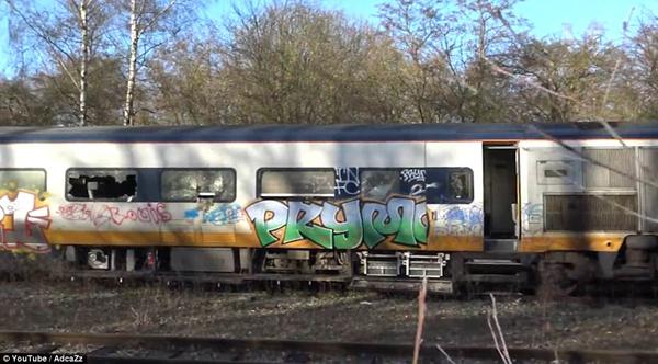"""""""欧洲之星""""列车遭废弃 车身破损遍布涂鸦"""