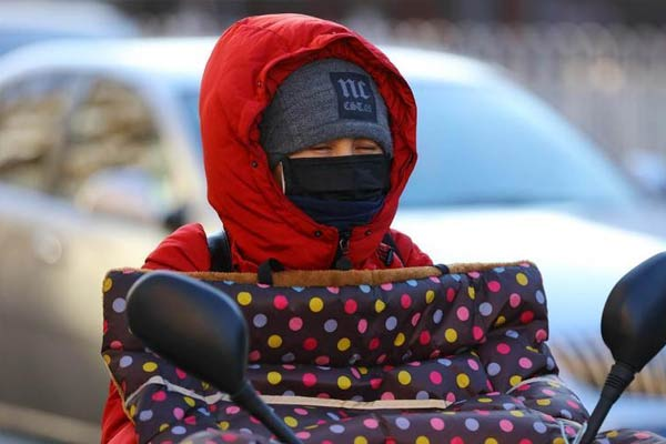 北京大风蓝色预警阵风达7级 民众寒风中出行
