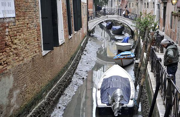 威尼斯遇罕见低潮 河道水位告急游船停运