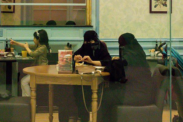 允许女性开车和现场看球赛之后,沙特允许女性在餐馆工作了