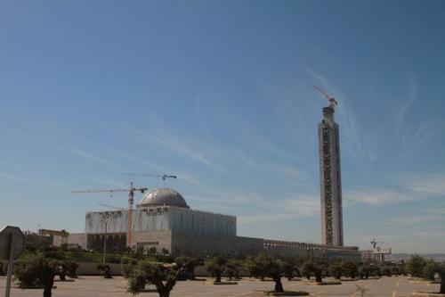 中国侨网2017年3月12日,由中国建筑工程总公司承建的阿尔及利亚大清真寺宣礼塔11日上午主体结构封顶,其250米的高度刷新了非洲最高建筑的纪录。新华社发