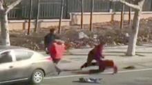 夫妻从车内乱扔垃圾 环卫工制止遭抱摔在地