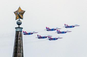 俄隆重纪念斯大林格勒保卫战75周年
