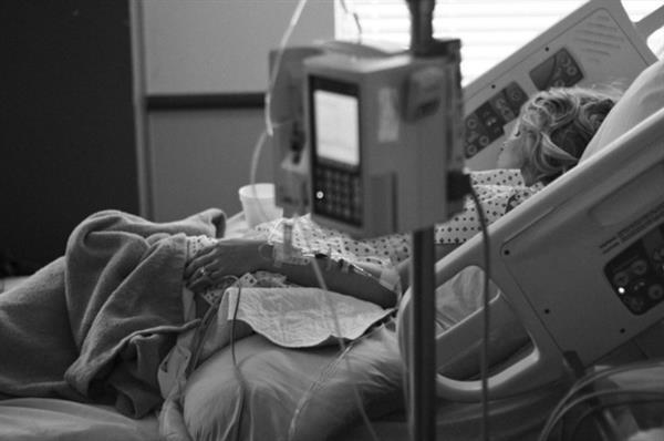 熊孩子输液瓶里打脏水:害奶奶住进ICU