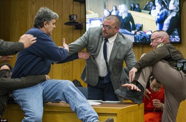 3个女儿皆遭性侵 愤怒父亲庭上欲暴打前美体操队队医