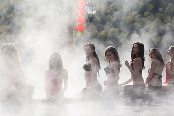 泳装美女走进江苏天目湖泡温泉玩冰雪