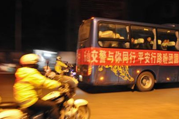 四川峨眉交警护送104名务工者踏上返乡路
