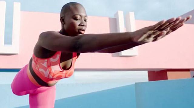 截肢女模特成功挑战高难度瑜伽活出自信