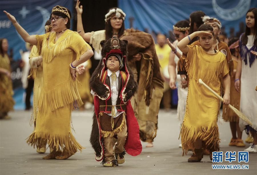 加拿大温哥华 原住民在活动上表演舞蹈