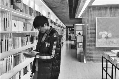 浙大学霸洗脸看书,走路看书,吃饭看书 父母:多玩点游戏吧