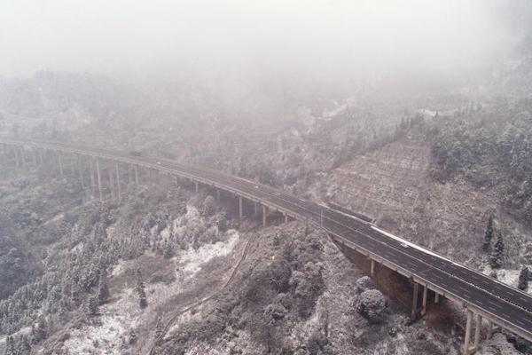 京昆高速雅西荥经境内现大雪天气