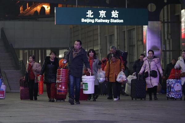 首趟春运列车发车 旅客凌晨踏上归途