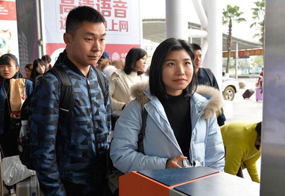 """高科技投入春运 旅客""""刷脸""""进站"""