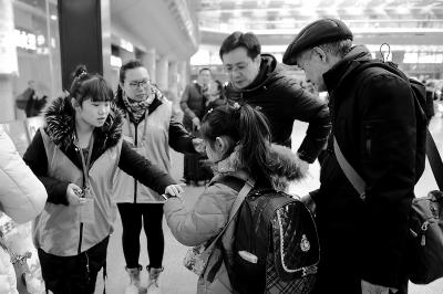 北京西站志愿者温暖旅客回家路