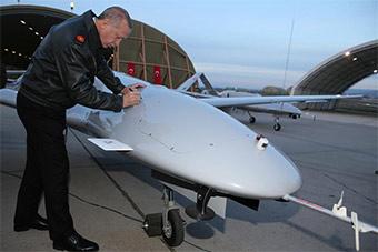 土总统视察国产无人机 在无人机上签名