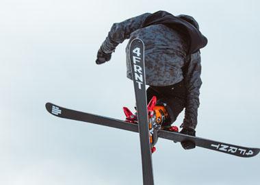 腾空旋转无所不能 青少年自由式滑雪精彩瞬间