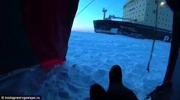巨物!男子冰面露营被吵醒 原是核动力破冰船路过