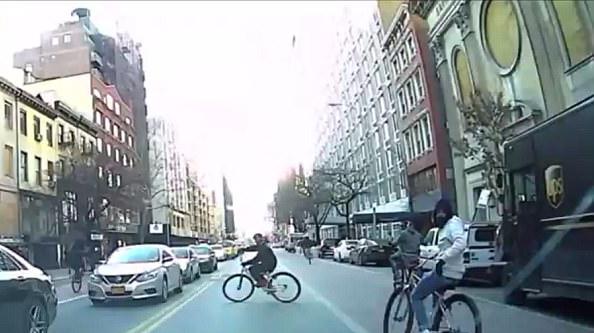 纽约自行车暴徒横冲直撞殴打骚扰汽车司机
