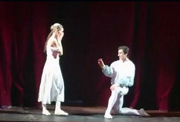 浪漫!俄芭蕾舞剧男主谢幕时向女主求婚成功